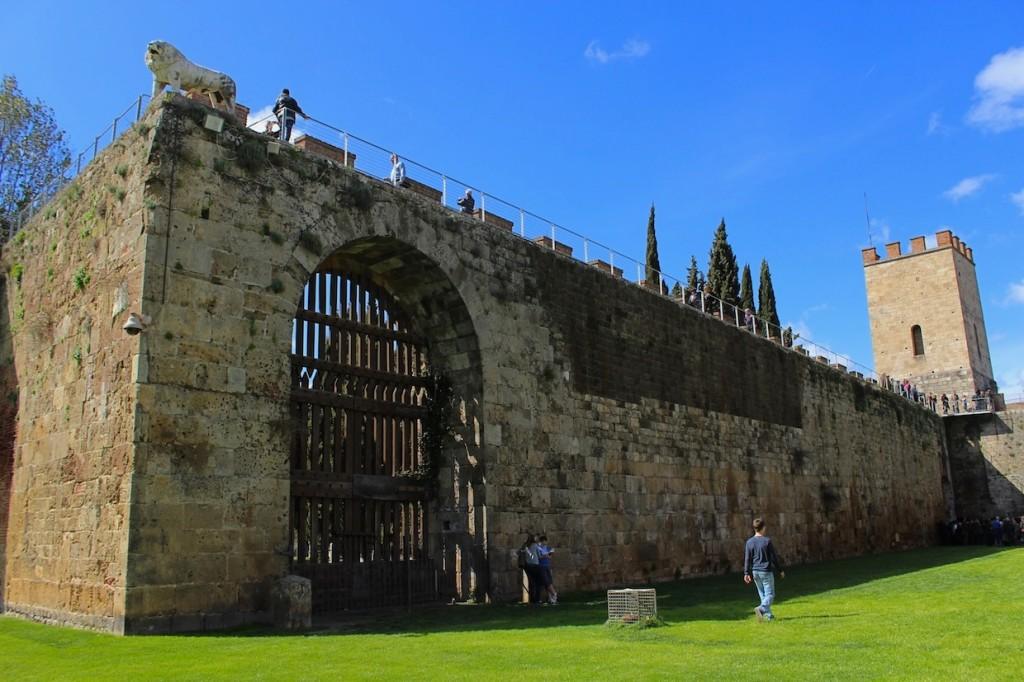 L'imponente Porta del Leone e uno degli ingressi del cimitero ebraico