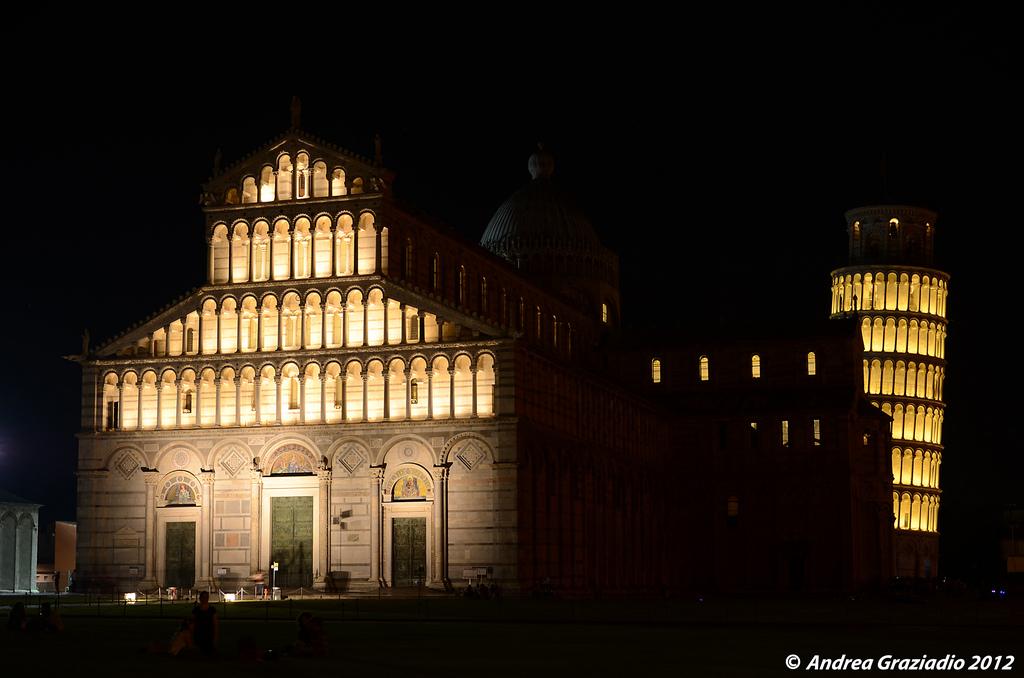 Torre di Pisa illuminata