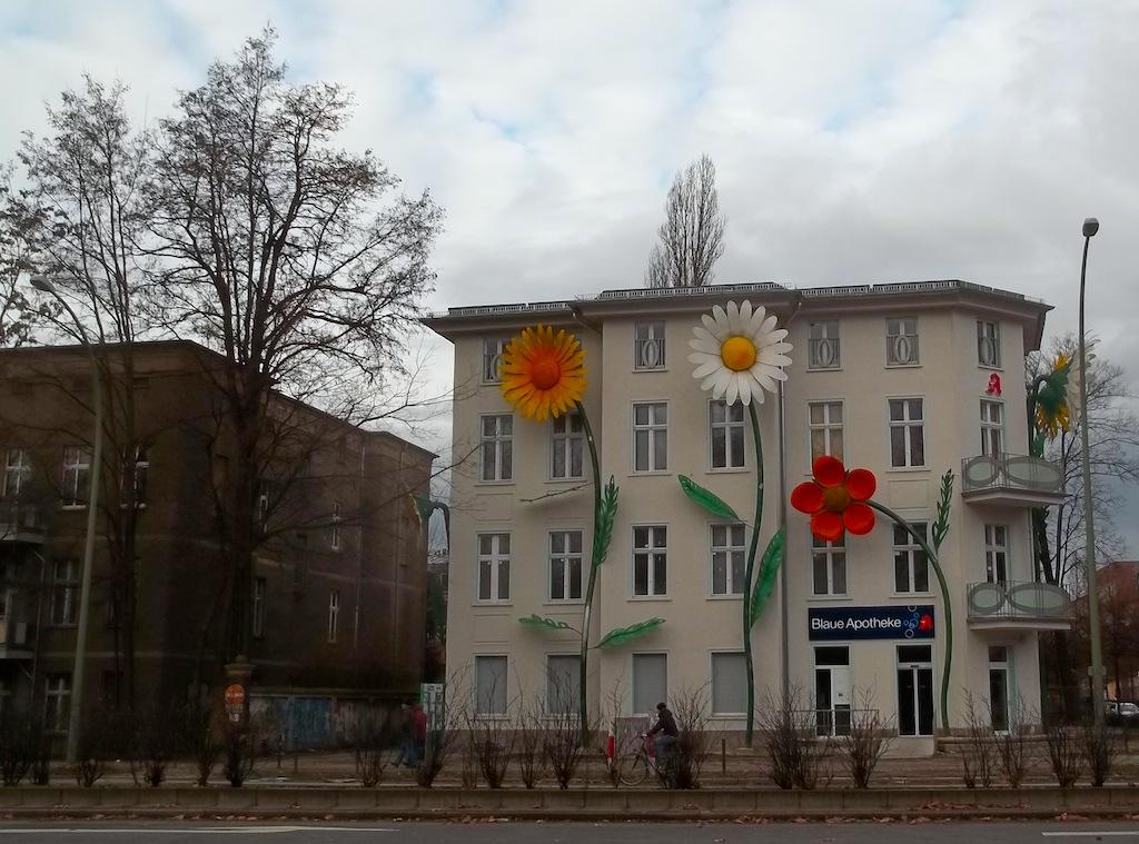 Installazione Riesenblumen by Sergej Dott, Treptow