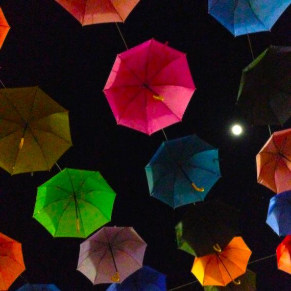 Ombrelli colorati a Concordia Sagittaria e la Luna