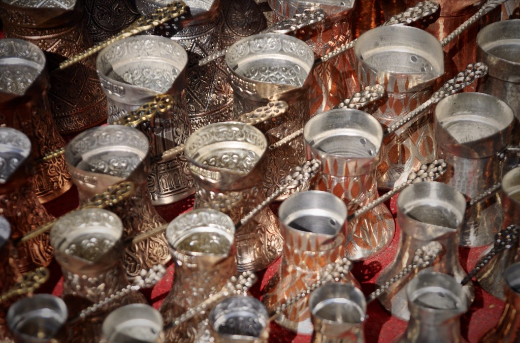 Caffè bosniaco viene preparato in un paiolo di rame chiamato džezva (pronunciato jez-vah)