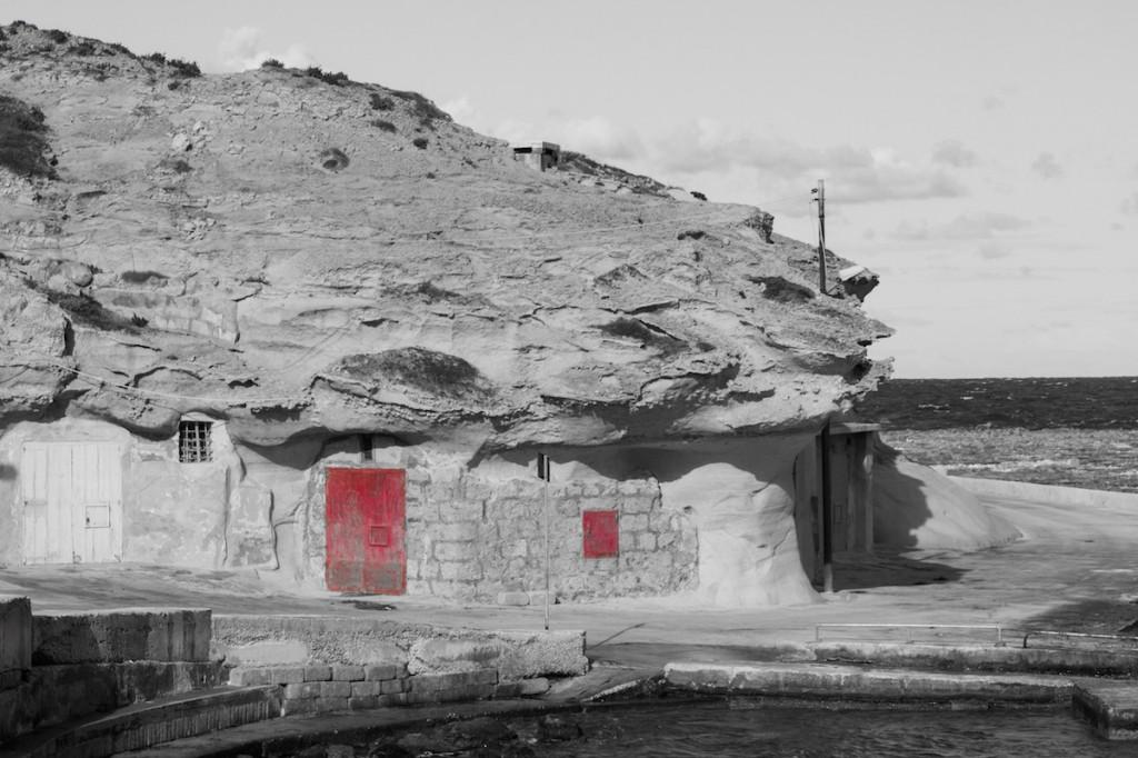 La strada che costeggia le saline di Gozo e le piccole rimesse scavate nella roccia