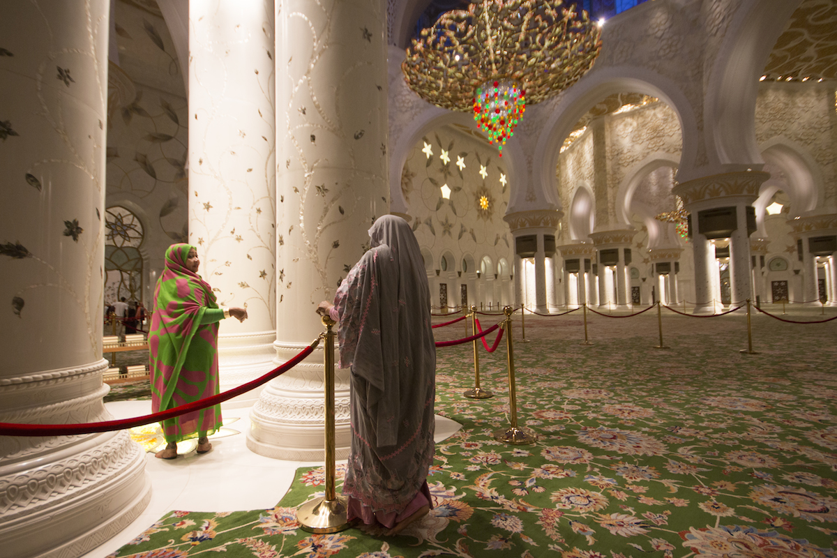 Donne all'interno della Grande moschea Sheikh Zayed