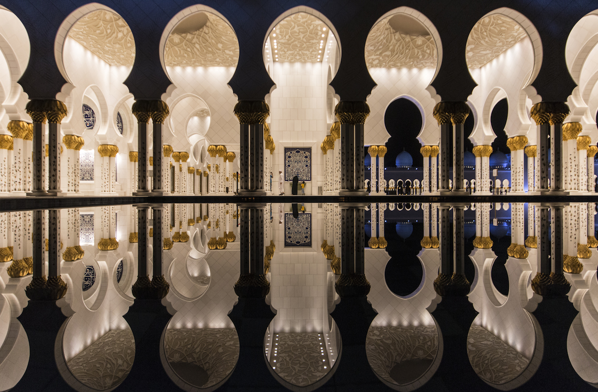 Grande moschea Sheikh Zayed riflessa nell'acqua